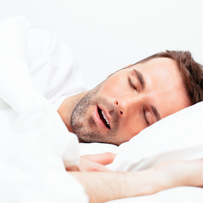 Ein schlafender Mann mit leicht geöffnetem Mund